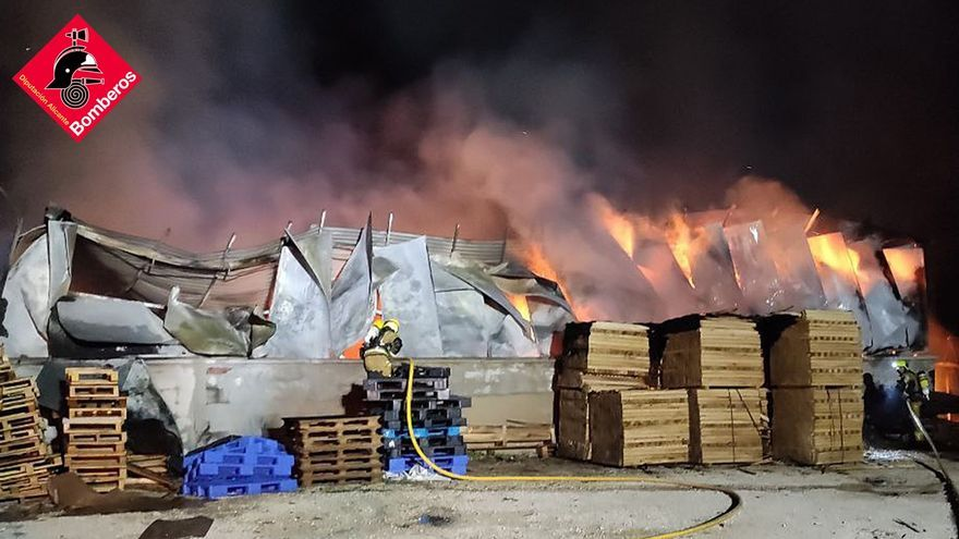 Un devastador incendio destroza una nave de palés de madera en Elche