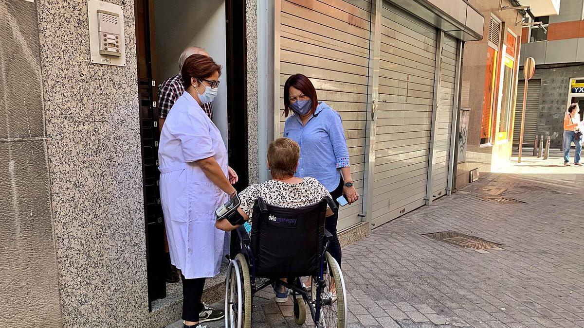 Carmen Luz Vargas junto a una usuaria y una trabajadora del SAD, en una imagen de archivo.     AYUNTAMIENTO DE LAS PALMAS DE GRAN CANARIA