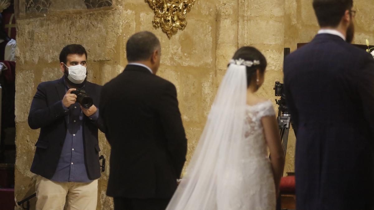 Una pareja, en el altar durante su boda en plena pandemia.