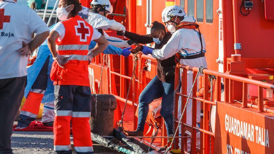 Rescatadas tres personas que navegaban en una patera en aguas próximas a la costa de Málaga