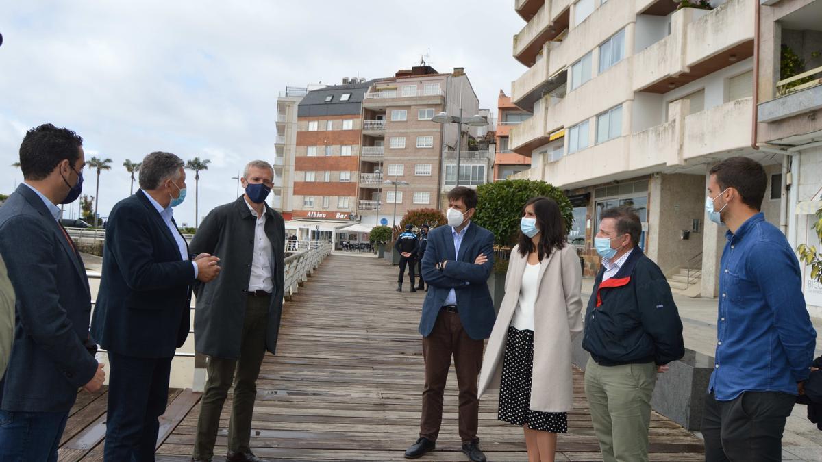 Alfonso Rueda en su visita al restaurante Carmen, en Sanxenxo.