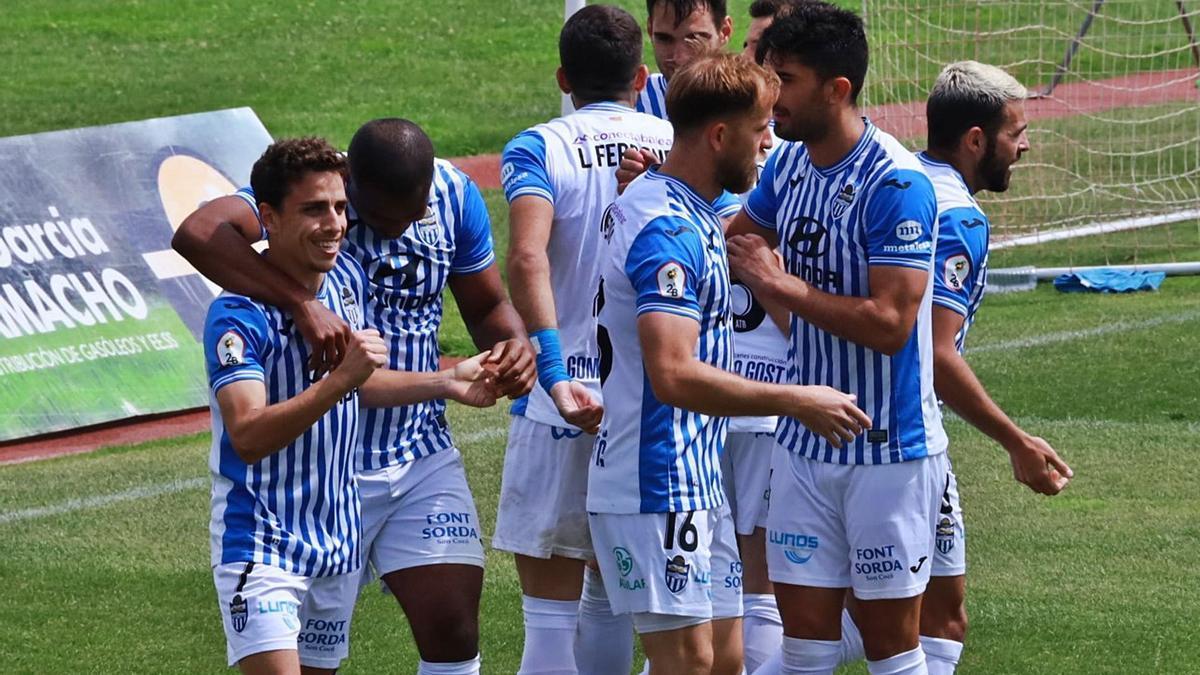 Los jugadores del Atlético Baleares hacen piña, tras la consecución de un tanto en el campo del Don Benito.