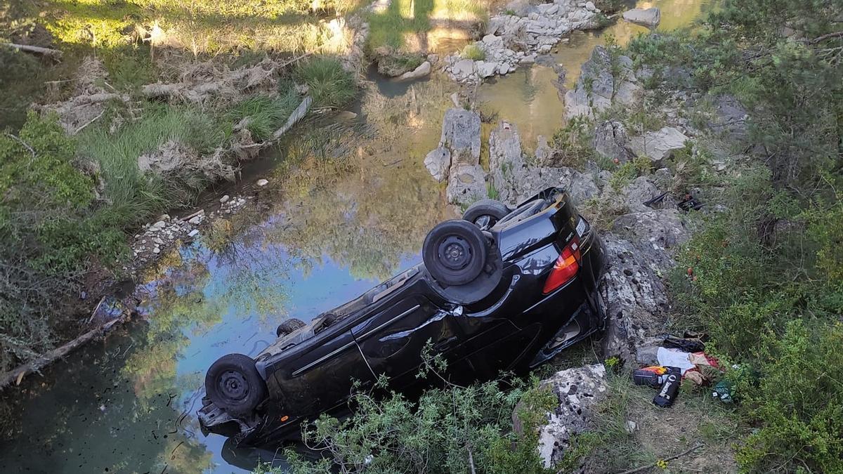 Un coche se precipita por un puente en Bailo