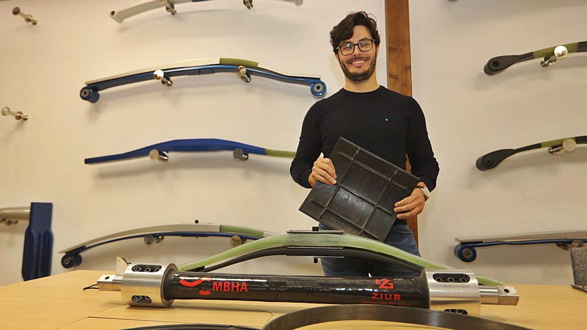 33 Juan Salomero, director de Ziur, muestra las 'costillas' del revolucionario tren en el que trabaja la compañía.  | GABRIEL UTIEL