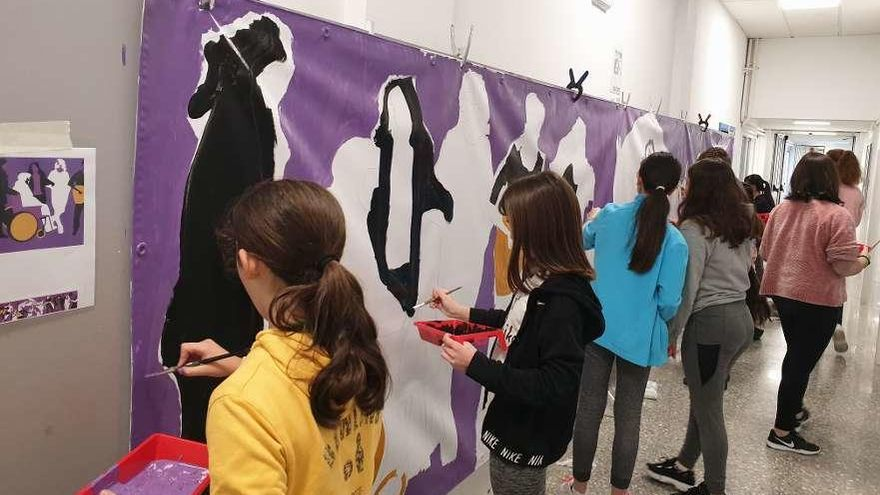 Baiona conmemora el 8-M con un mural escolar diseñado por Irene Silva