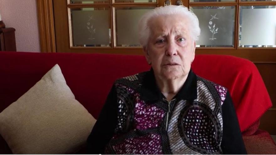 Rosario, la nonagenaria desahuciada por error, regresa a su casa en Barcelona