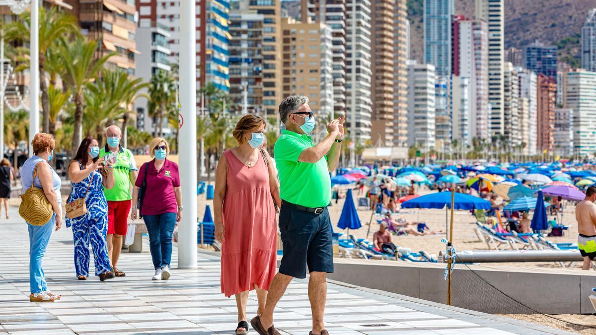 Turistas españoles en el pase de la playa de Levante, la pasada semana.