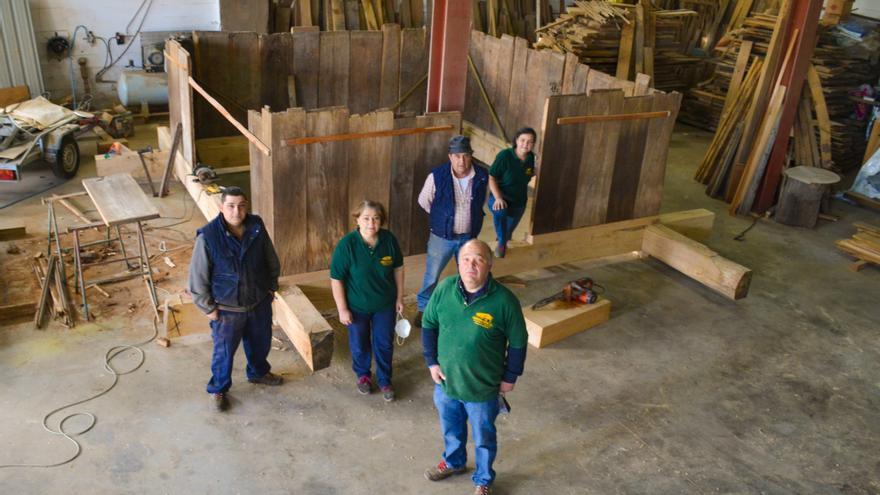 Los hermanos Grana, cuatro generaciones trabajando la madera maciza y rehabilitando hórreos y paneras