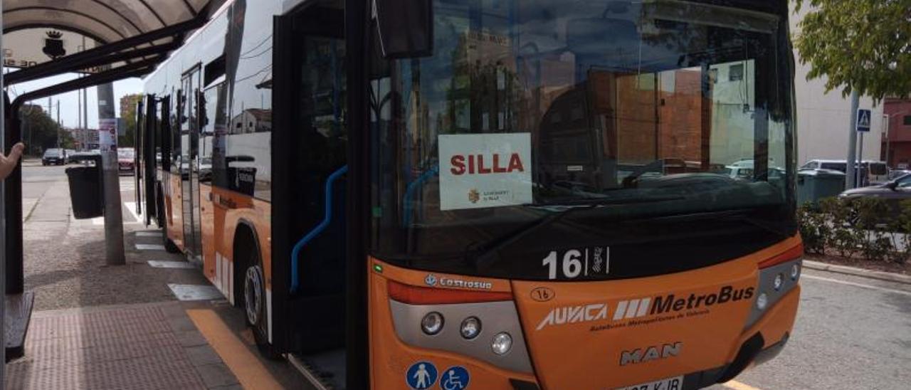 Bus habilitado por Silla para desplazar sus vecinos hasta Xirivella para vacunarse. | L-EMV