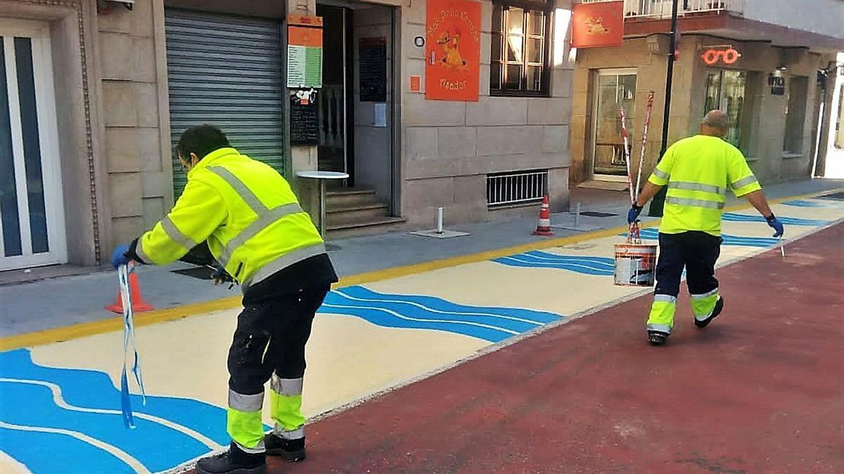 Operarios de la brigada municipal, realizando labores de pintado del pavimento. |   // FDV