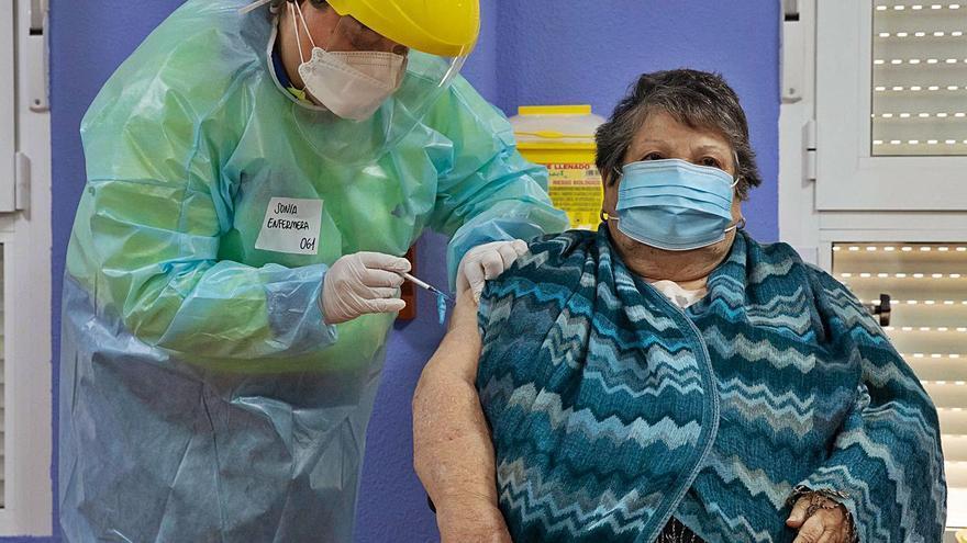 La tercera dosis de la vacuna se inyectará a 7.400 mayores de residencias en la Región