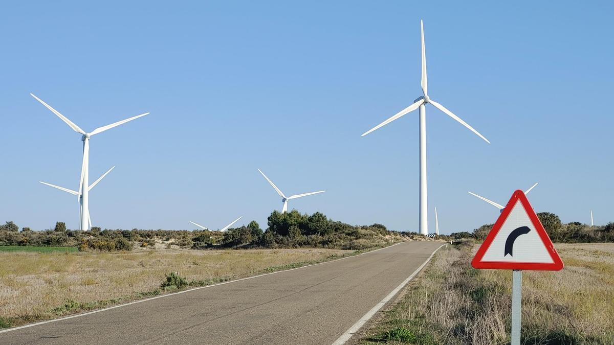 Aerogeneradores para producir electricidad cerca de Fuendetodos, Zaragoza.