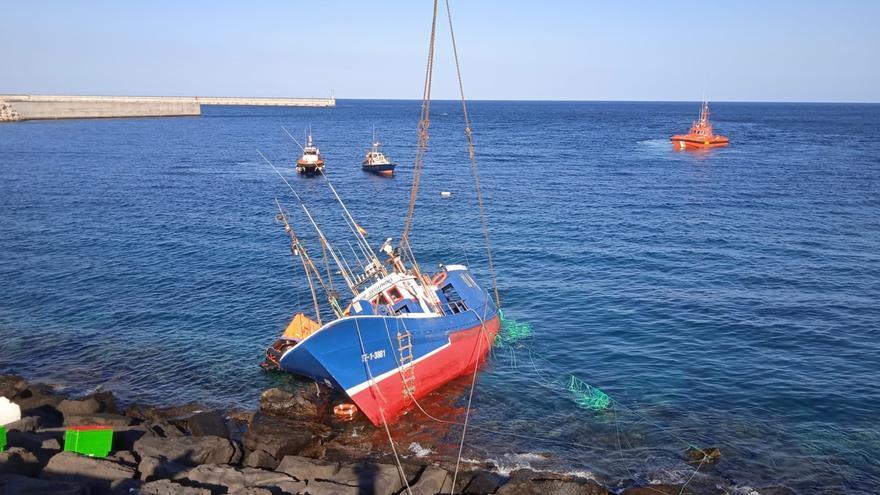 Rescatan el pesquero que encalló en la trasera del puerto deportivo de Arrecife