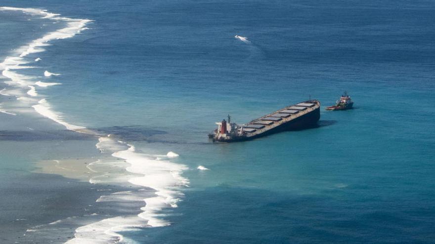Sacan del buque de Mauricio casi todo el combustible