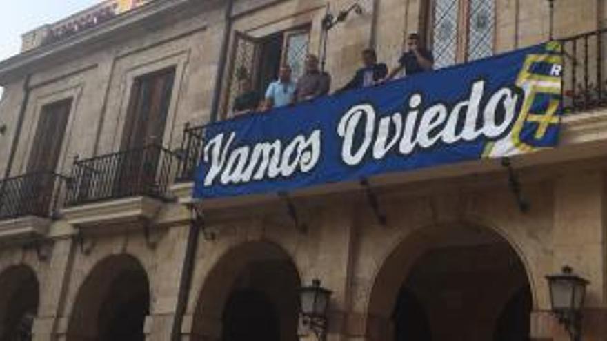 El Ayuntamiento de Oviedo lucirá desde este martes una pancarta de apoyo al Real Oviedo para el derbi