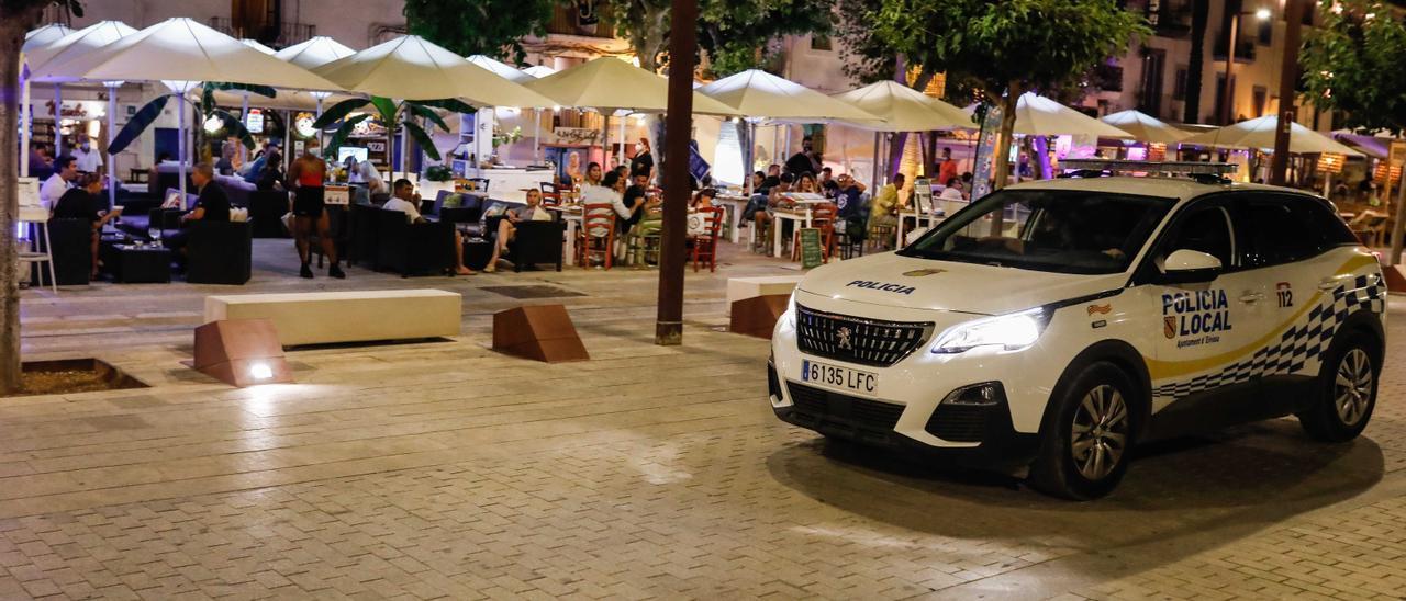 Terrazas de bares del puerto de Ibiza. Zowy Voeten