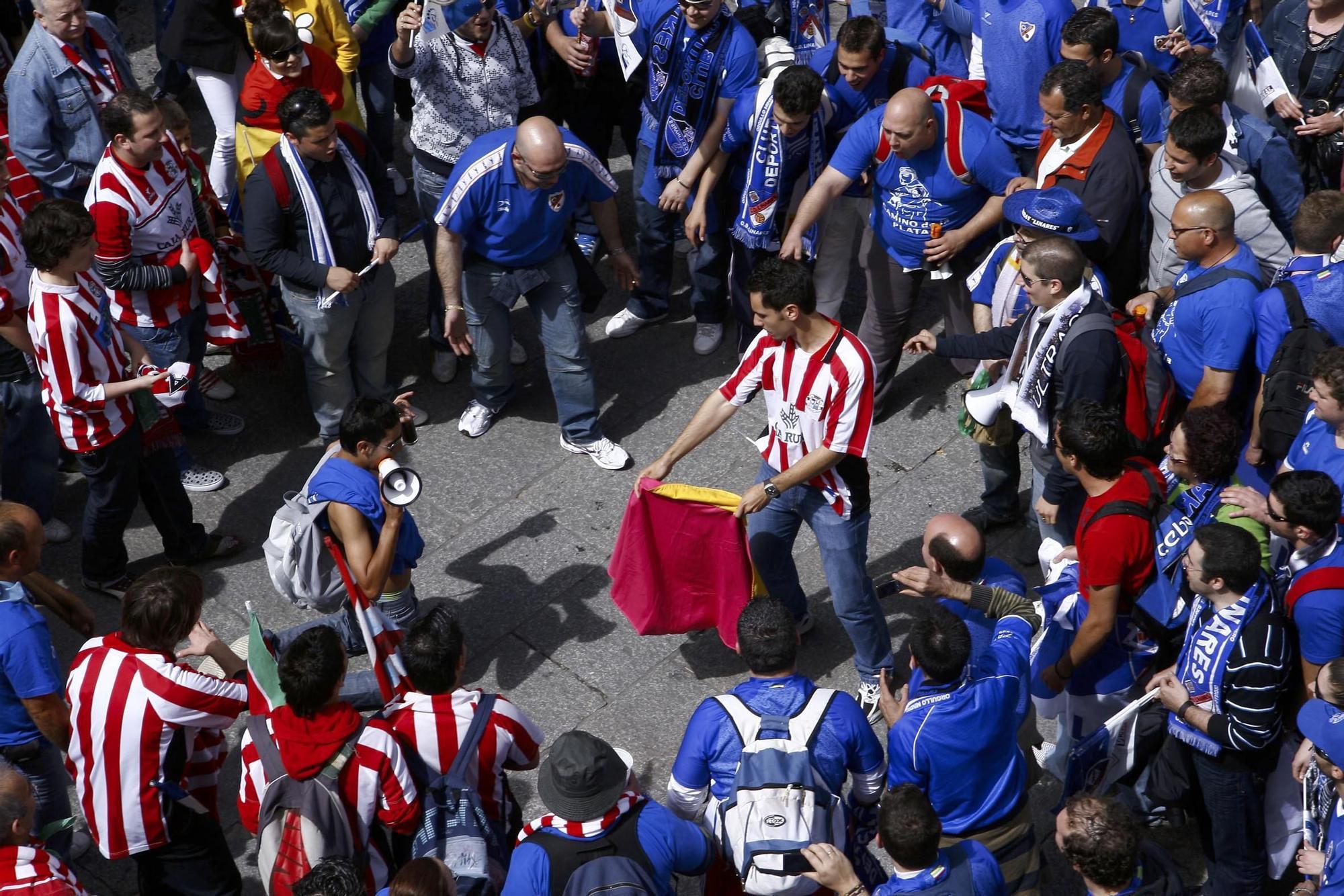 7. El aficionado Óscar Almaraz da unos pases en la Plaza Mayor de Zamora delante de la afición del Linares. Fue en los prolegómenos de la primera eliminatoria de la fase de ascenso en la temporada 2007-2008.