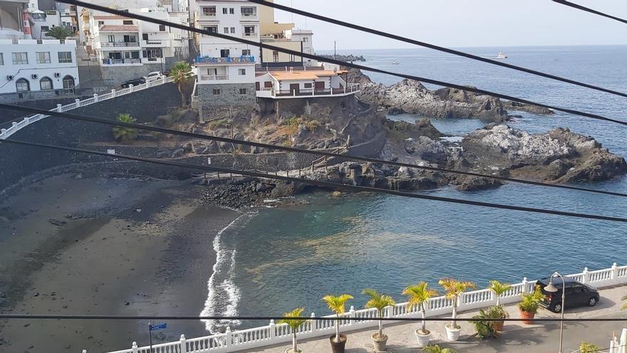 Santiago del Teide cierra Playa Chica por un vertido de basura