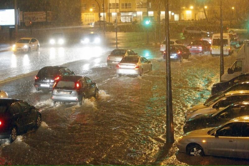 La lluvia convirtió anoche las calles de Valencia en ríos.