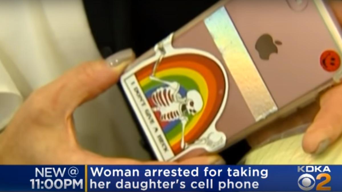 Detenida una madre por requisarle el teléfono a su hija