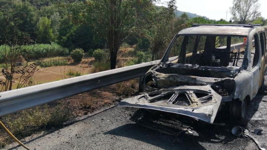 Un vehicle calcinat provoca un foc de vegetació a l'AP-7 a l'alçada de Martorell
