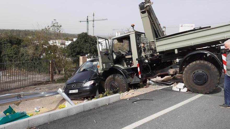 Un herido grave en Ibiza al ser arrollado su coche por un camión sin frenos