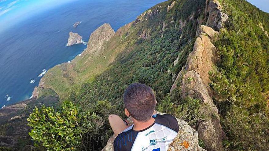 Rubén Alonso, llangreanu fincáu en Tenerife, en busca de paisaxes acullá del vértigu