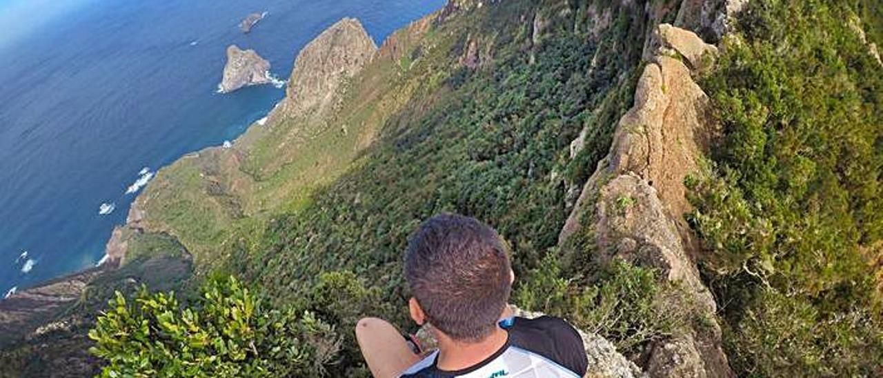 Rubén Alonso aparece coronando riscos y roques en las Islas Canarias.
