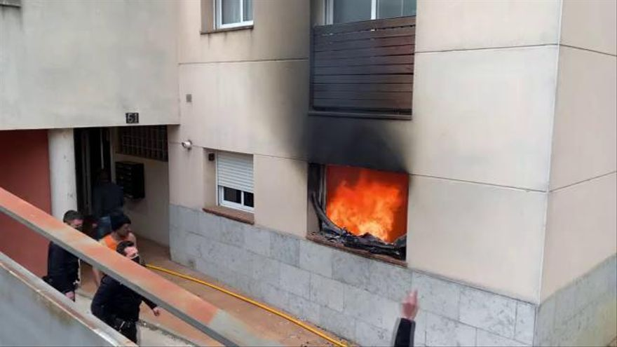 Dos morts en un incendi en els baixos d'un bloc de pisos a Cassà de la Selva