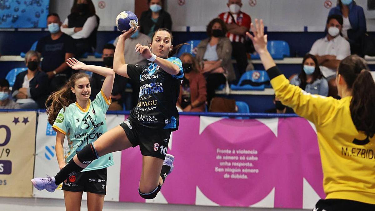 Lorena Pérez lanza a portería durante un partido en A Sangriña. // ALBA VILLAR
