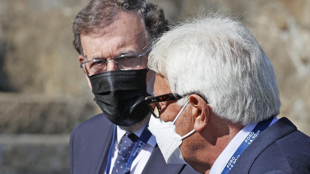 Los expresidentes del Gobierno Felipe González y Mariano Rajoy.