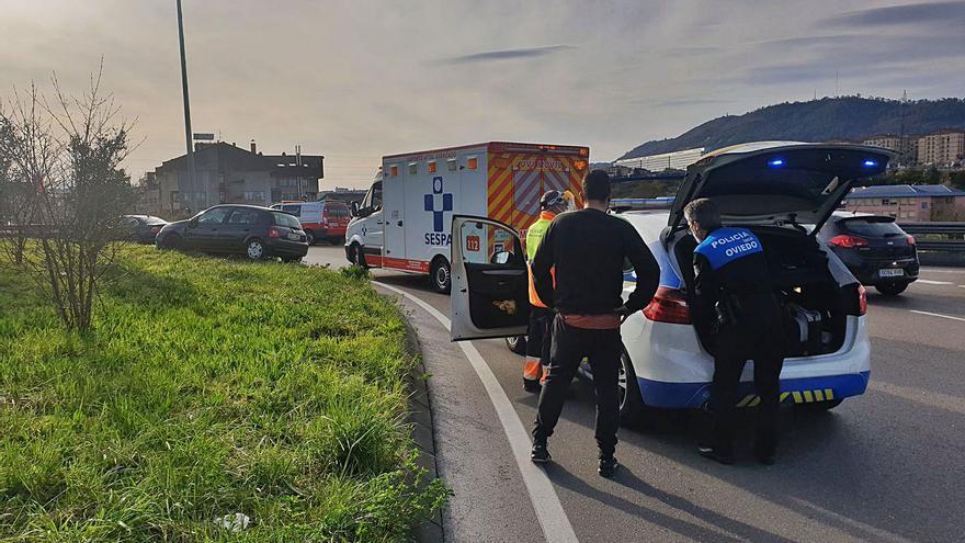 Un hombre de 91 años, entre la vida y la muerte tras empotrar su coche contra la rotonda de Cerdeño