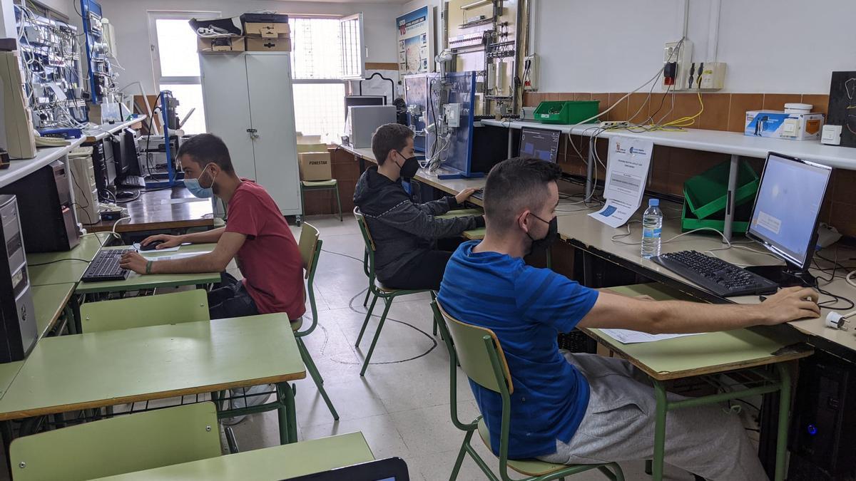Estudiantes de Electricidad del IES Los Sauces de Benavente.