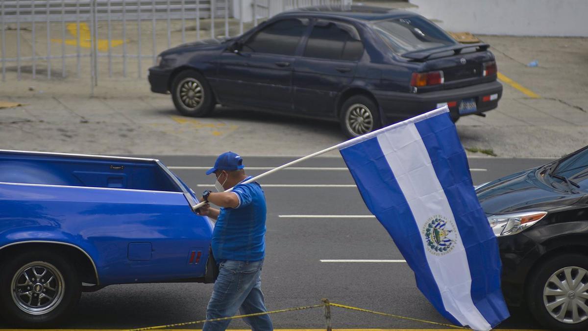 Un hombre con una bandera de El Salvador.