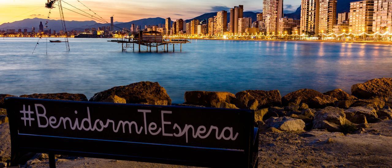 El eslogan #BenidormTeEspera con la ciudad de fondo.