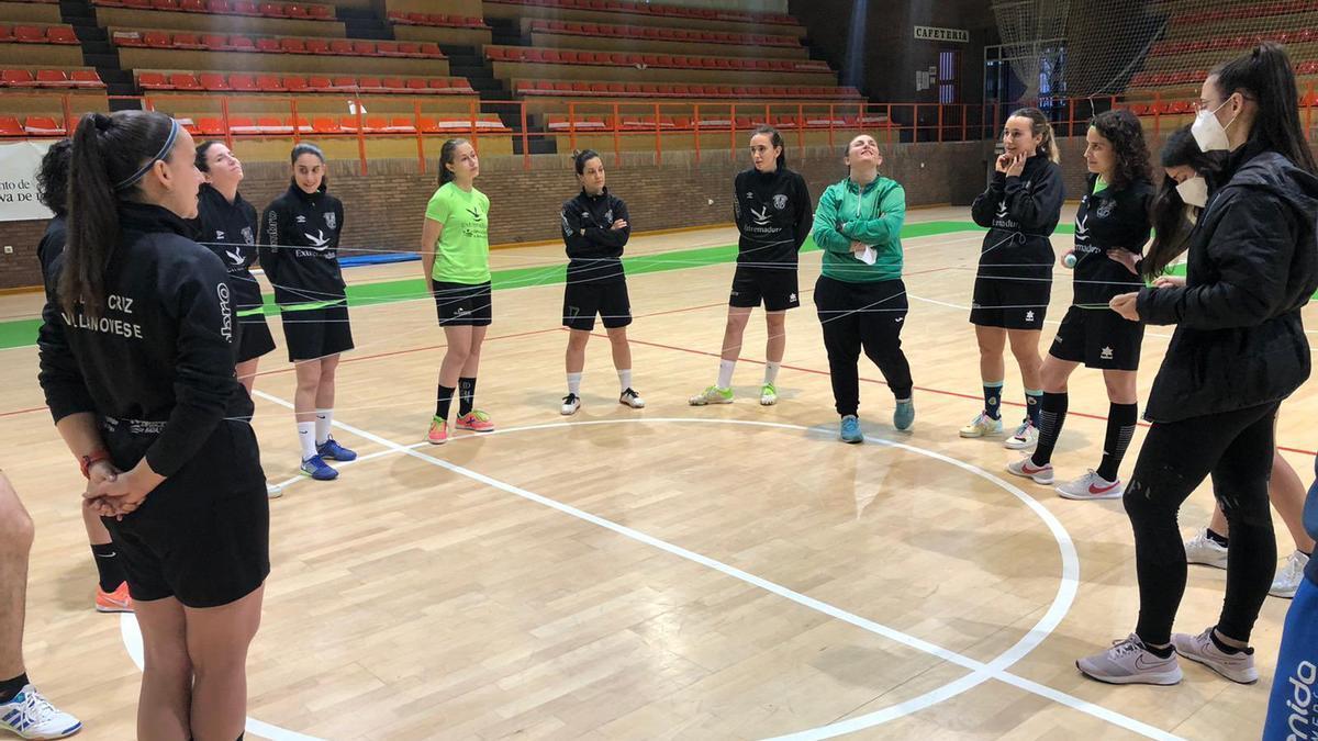Las jugadoras de La Cruz Villanovense, antes de un entrenamiento.