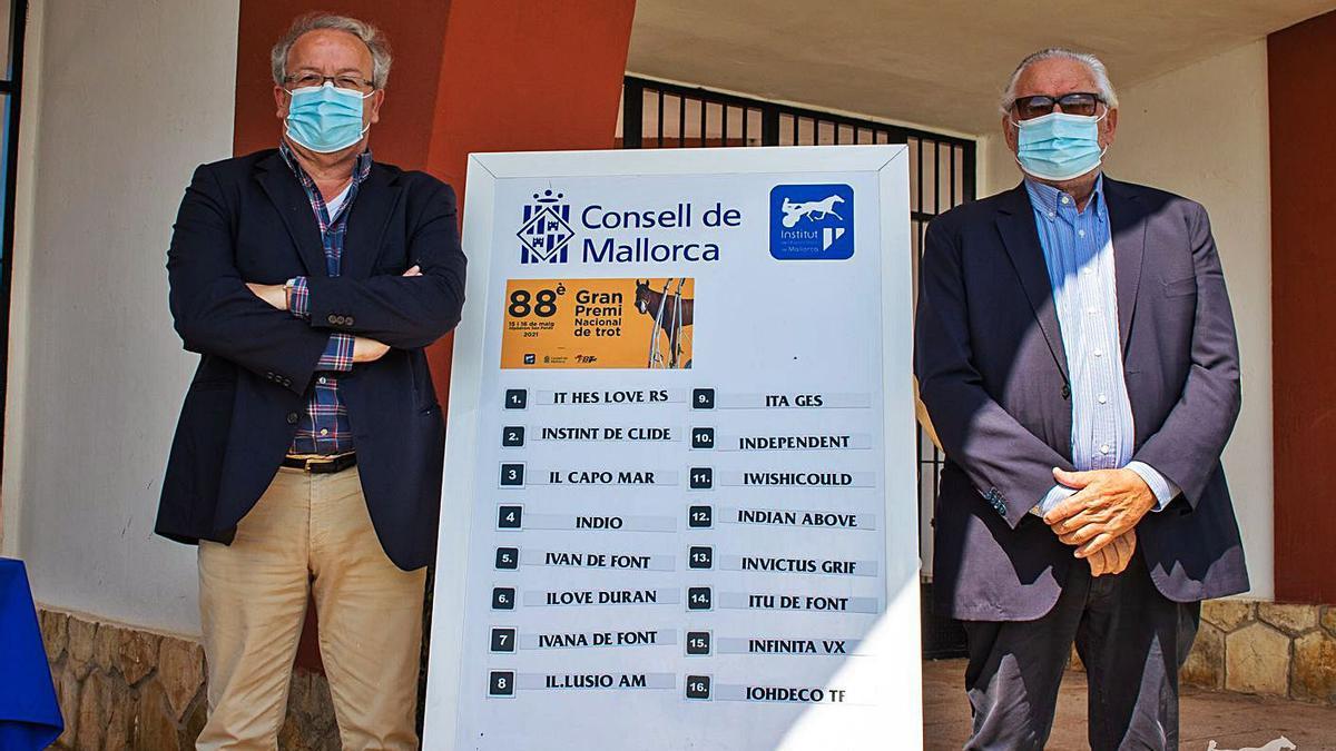 Lluís Socias y Joan Llabata junto al cartel de participantes del 'Gran Premi Nacional'.