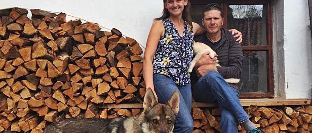 """Jacqueline Byrne y Stephen Webb, en Asiegu con su perro """"Kike"""" y su gato """"Hércules""""."""