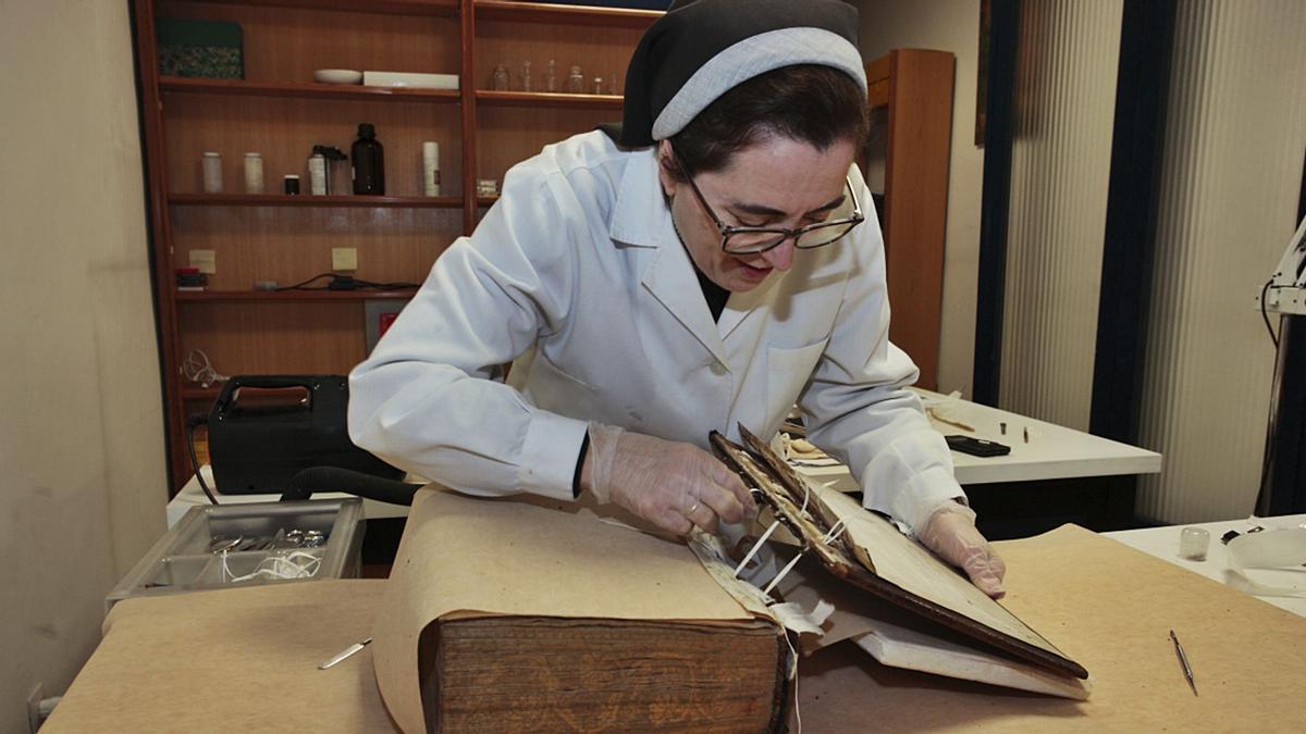 Sor María Dolores Díaz de Miranda, en su taller del Hospital de Tavera, en Toledo. | LNE