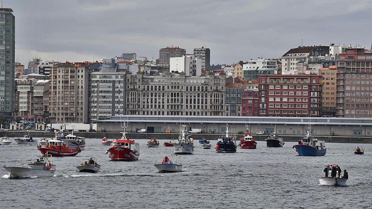 Concentración de barcos el pasado viernes contra el nuevo reglamento de la UE. |   // VÍCTOR ECHAVE