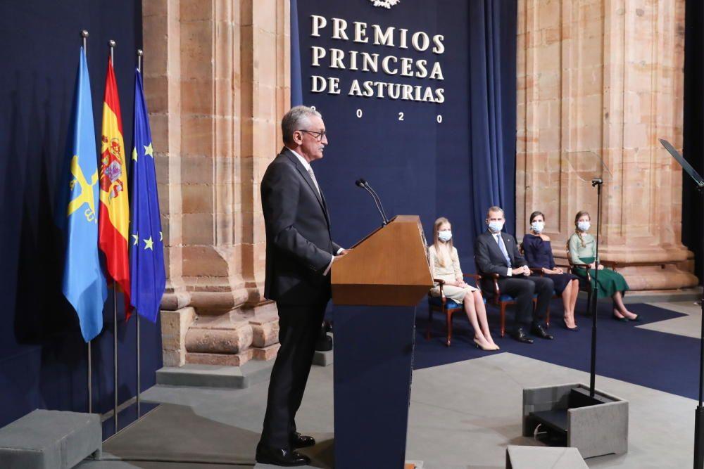 José Eugenio Guerrero Sanz, jefe de la UCI del Gregorio Marañón, lee su discurso.