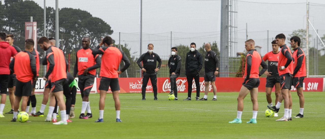 Los jugadores del Sporting, durante el entrenamiento de esta mañana en Mareo.