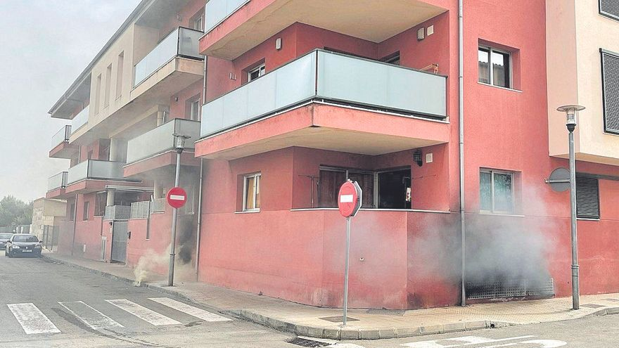 Desalojados 50 vecinos por un incendio en un aparcamiento de sa Pobla