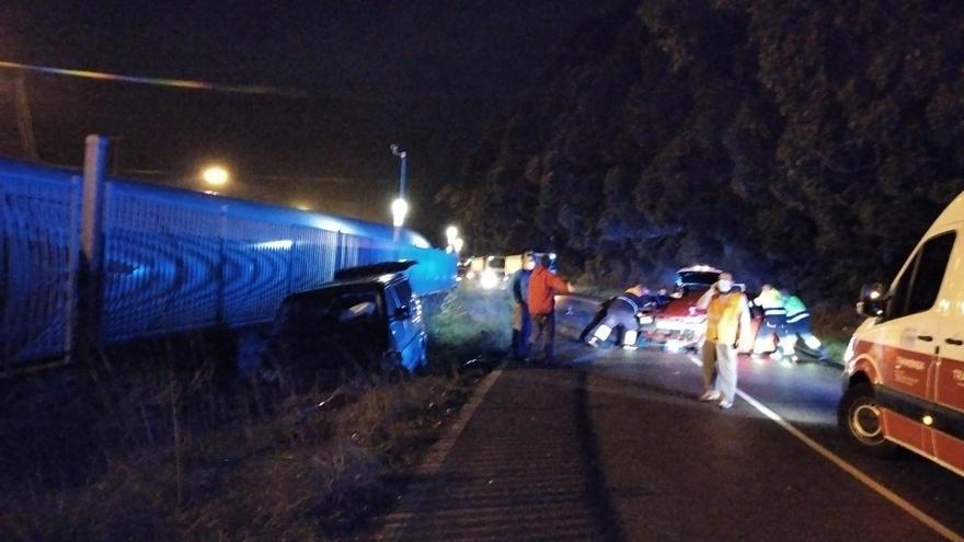 Siete heridos leves en un choque frontal entre dos vehículos en Zeluán