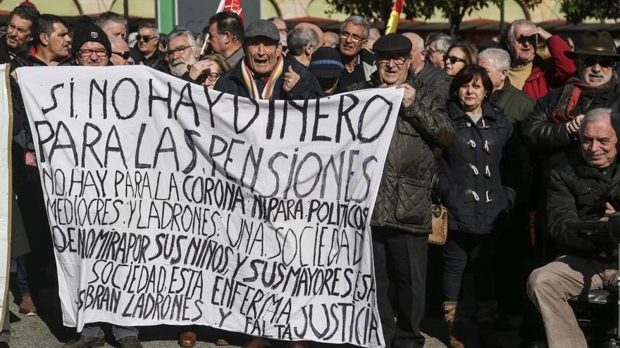 """""""¡O pensión o revolución!"""": Jubilados asturianos rompen y tiran al váter la carta de la ministra"""