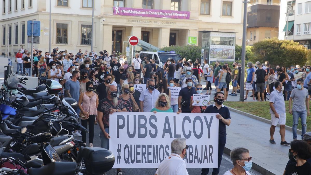 Hosteleros de la provincia manifestándose en Alicante en contra de las limitaciones  y cierres
