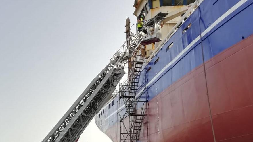 Atienden a dos trabajadores intoxicados por pintura en un barco del Puerto