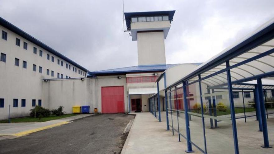 Un preso intenta estrangular a un funcionario de la cárcel de A Lama