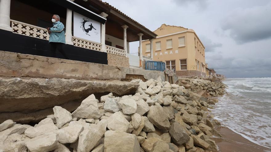 Guardamar denuncia ante Costas las obras sin autorización de vecinos de la playa Babilonia para proteger las casas del temporal