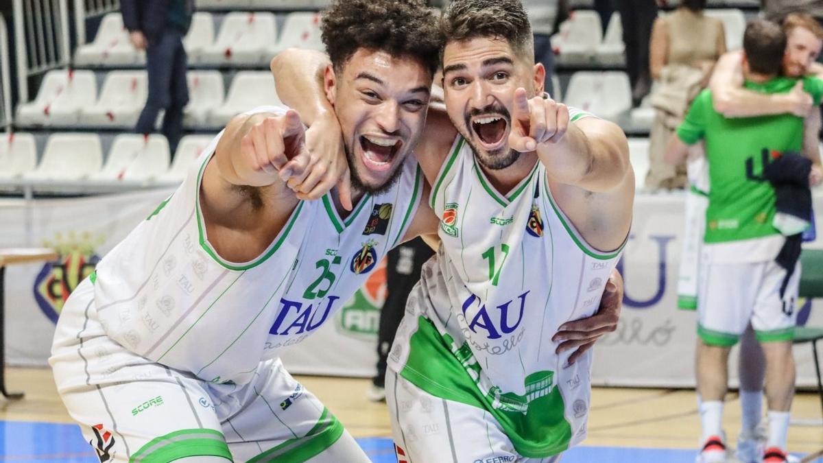 Ambos jugadores del TAU en la celebración durante un partido.